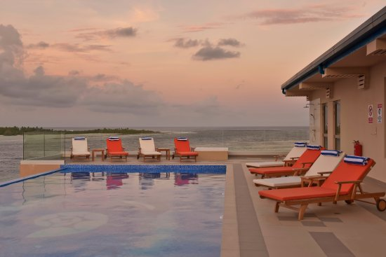 Thulusdhoo Island: Rooftop infinity pool sunset
