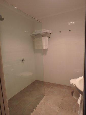 Bicheno, Australia: Huge walk in shower
