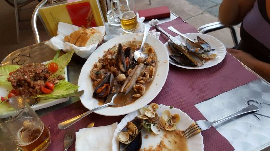 Níjar, España: tapeo en el Cinto, a la izquierda el carppachio de atun, muy bueno.