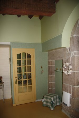 Saint-Quay-Perros, França: grosses Bad - Blick zur Toilette