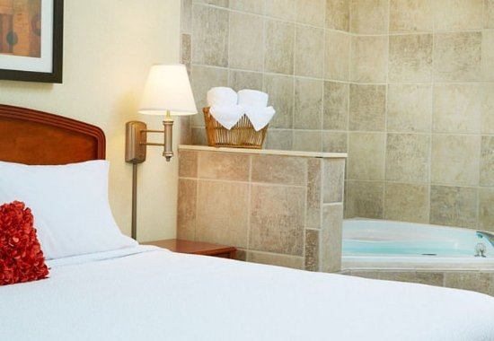 Englewood, CO: King Whirlpool Guest Room