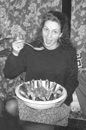 Greytown, Nueva Zelanda: me as a young thing eating a rather large bowl of greenshell mussels ;)