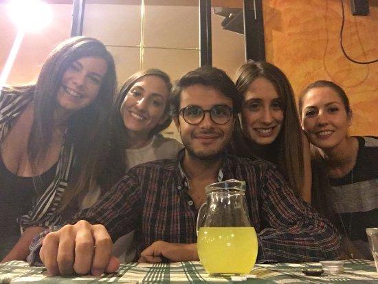 Trattoria Da Tizzi: Abbonzanza e allegria