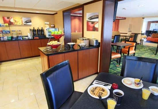 Fairfield Inn Portland Maine Mall: Breakfast Seating Area