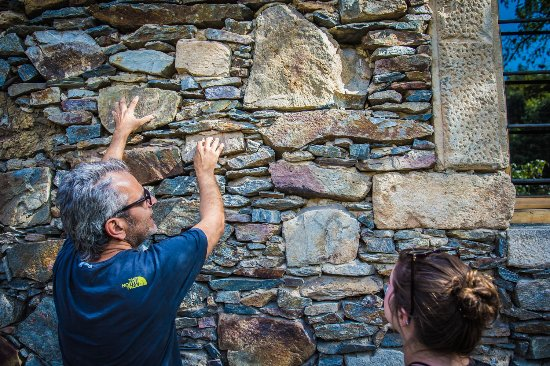 Milia, Grecia: The owner explains the building of the walls