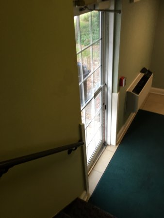 Saint Charles, IL: Exterior door does not lock - it doesn't even latch closed. Bad security!
