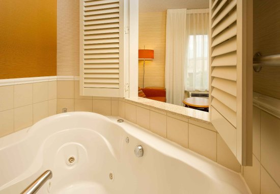 Germantown, MD: King Whirlpool Guest Room