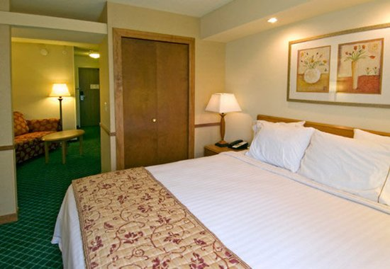 Valparaiso, IN : Executive King Suite Sleeping Area