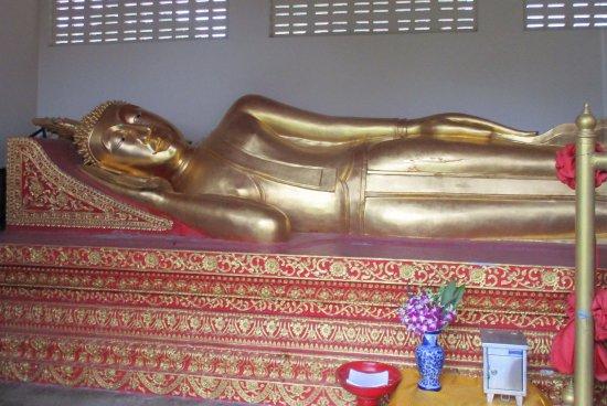Lamphun, Tailandia: Reclining Buddha