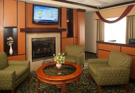 Fairfield Inn & Suites Cleveland Streetsboro: Lobby Sitting Area