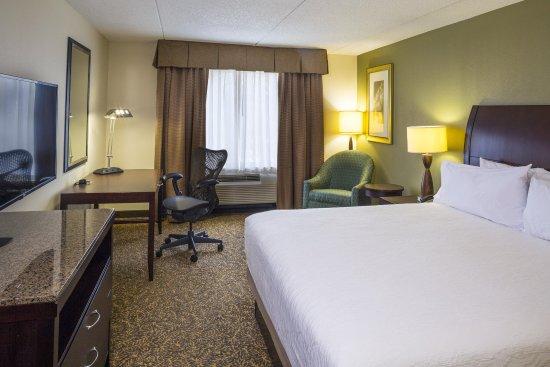 Hilton Garden Inn Hampton Coliseum Central: King Guest Bed