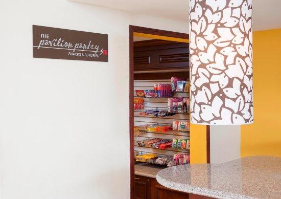 Oakdale, Minnesota: Hilton Garden Inn St. Paul/Oakdale - Pavilion Pantry  