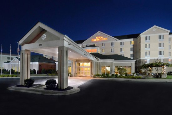 Hilton Garden Inn Greensboro: Hotel Exterior at Night