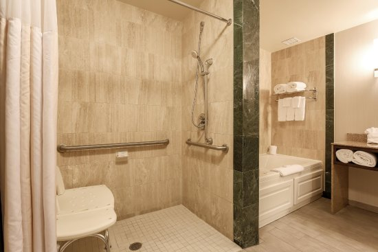 Nanuet, estado de Nueva York: Accessible roll in shower suite