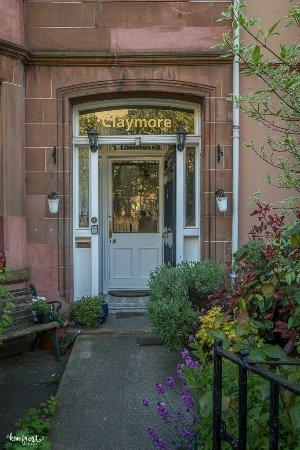 Claymore Vegetarian Guest House: The pretty entrance to Claymore