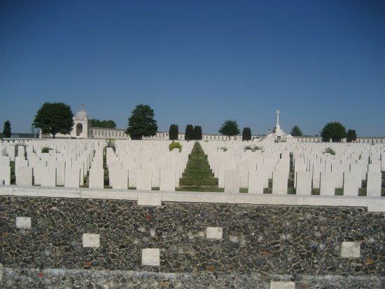 Zonnebeke, Bélgica: Mooi onderhouden en groots kerkhof in een weidse vlakte.Camera zekers mee doen.