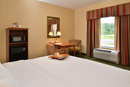 Hampton Inn & Suites St. Louis-Edwardsville: King Room Bed
