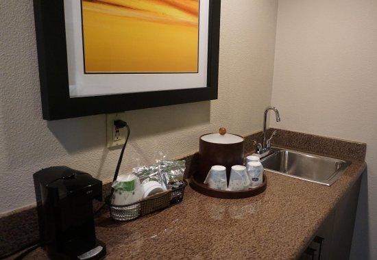 Hayward, CA: 1 King Bed Whirlpool Suite
