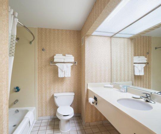 Hampton Inn St Louis Sunset Hills Guest Bath