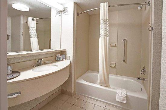 Hampton Inn Milpitas: King Suite Bathroom