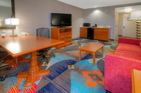 Hampton Inn Milpitas: Suite Living Area