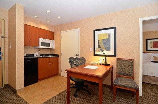 Surrey, Kanada: King Suite w/ Kitchen