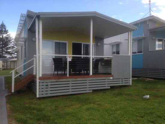 Victor Harbor Beachfront Holiday Park: Front view of cabin & balcony