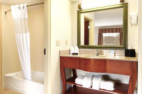 Greenfield, MA: Guest Bathroom