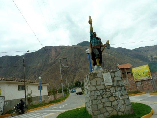 Region Cusco, Peru: Un monumento ad uno dei prodotti principe : la pannocchia di Mais