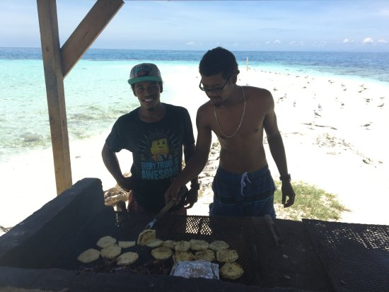 Placencia, Belice: Our two guides/chefs, grandsons of the owner of Ocean Motion. Great boys!