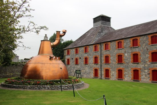 Midleton, Irland: Copper pot still outside Jamesons.