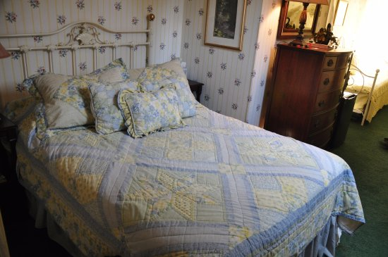 Woodstock, NH: The Tripoli Room - Brass Bed & Quilt