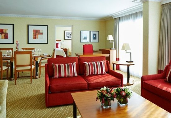 Slough, UK: Presidential Suite - Living Area