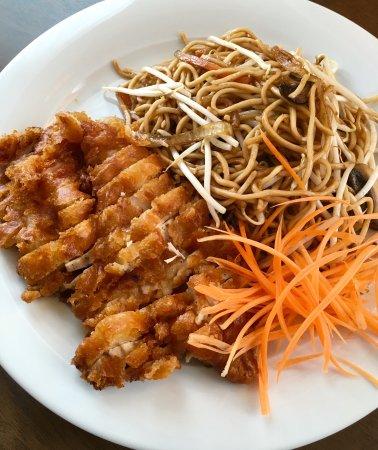 yum yum sab thai restaurant bratnudeln mit knusprigem huhn 6 90