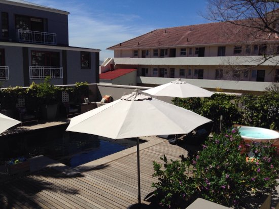Derwent House Boutique Hotel: Pool and spa area secluded with shade and sunshine. Great spot.