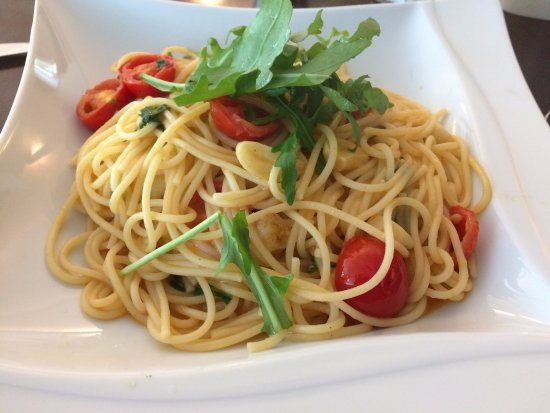 Weiden, Alemania: Spaghetti al Olio, frisch zubereitet mit Knoblauch und spezieller al Olio Soße