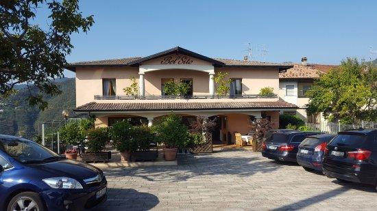 Voltino, Italia: Eingangsbereich und Sitzbereich außen für die Bar