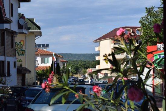 Kranevo, Bulgaria: Вид с улицы: слева отель Бель вью, справа - Бель вью 2