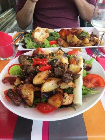 Assiette combinée poulet basquaise/salade de chèvre chaud