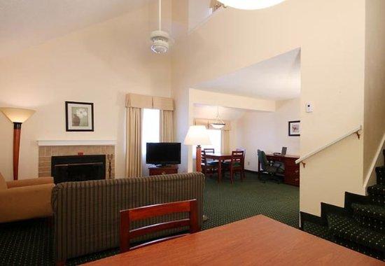 Tinton Falls, NJ: One-Bedroom Penthouse Suite