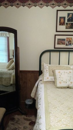 Wolf Creek Farm B & B: Antique Full Bed, No Place Like Home