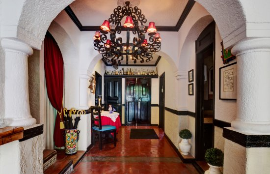 Casa Sirena Hotel: Entry to Casa Sirena with hand-wrought iron chandelier