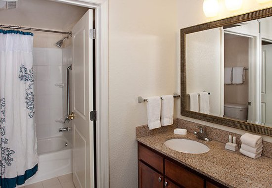 Holtsville, NY: Suite Bathroom