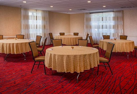 Fairfax, VA: Meeting Room  - Rounds Setup