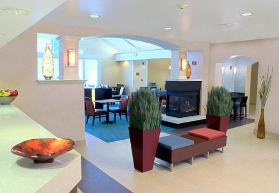Milpitas, كاليفورنيا: Lobby Fireplace