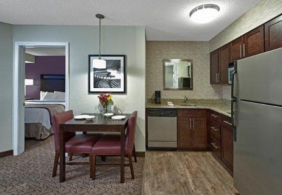 ฟอกซ์โบโร, แมสซาชูเซตส์: One-Bedroom Suite Kitchen