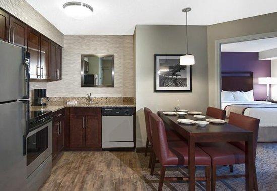 ฟอกซ์โบโร, แมสซาชูเซตส์: Two-Bedroom Suite Kitchen
