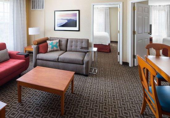 Milpitas, Californië: Two-Bedroom Suite Living Area
