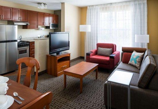 Milpitas, Californië: Two-Bedroom Suite Living Room & Kitchen