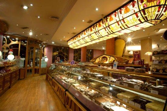 Rapa Nui: Vista interior de la chocolatería, ubicada en la esquina de Mitre y Villegas, en Bariloche